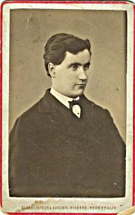 Ännu en bild med Nederkalixloggan med röd kant. Personen okänd. Från ett Bondersbyalbum.