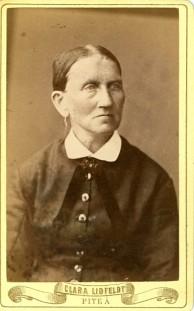 När hon blev ensam ändrades loggan, här Clara Lidfeldt med C. Damen okänd, på Porträttfynd.