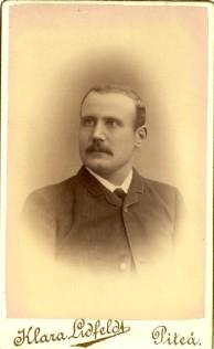 Sedan ändrades loggan till Klara med K. Här Alf Theodor Falk f 1858 i Eskilstuna men från 1890 bosatt i Piteå. Ur porträttfynd.