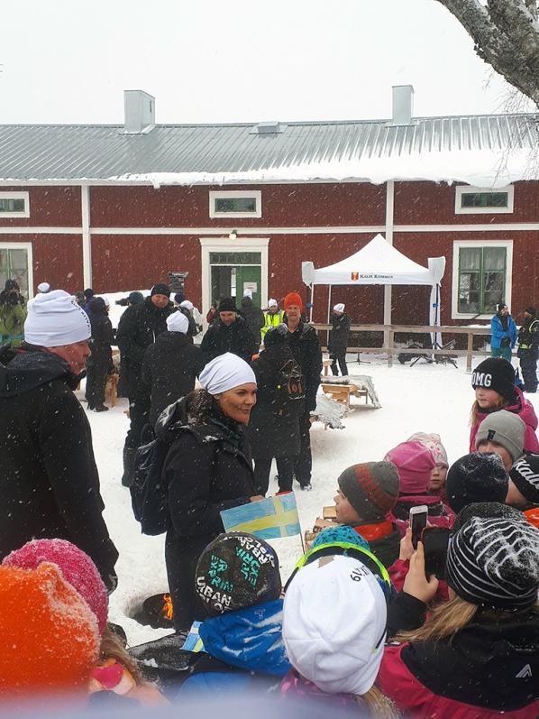 Vid Vassholmen och även längs spåret gav sig kronprinsessan tid att prata med de många barn som kantade färdvägen.