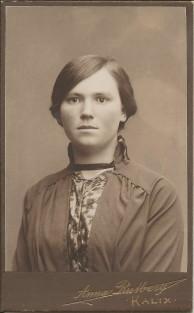 Mirjam Johansson f 24 dec 1896, här fotad ca 1914 då hon var piga hos Hallmans på innanbäcken. Loggan på mörk kartong, skiljer sig från Hilma johanssons kort.