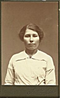Hilma Johansson f 11mars 1892. Fotot från ca 1912. Loggan på mörk bakgrund. Hon var hembiträde hos Hallmans på Innanbäcken 1912-1914.