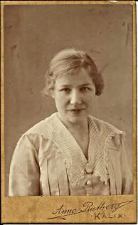 Aina Lundbäck från Rolfs. Född 7 nov 1896, här kanske 20 år  och fotat ca 1916. Loggan på gulaktig bakgrund.
