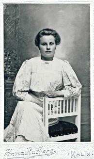 Justina Wennström f 1892 i Bondersbyn, senare gift Rönnberg. Här kaske 18 år och fotad ca 1910
