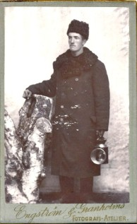 Bilden ur Porträttfynd, okänd man. Vad håller han i handen? En lampa? Mannen förmodligen anställd vid järnvägsstationen i Morjärv?