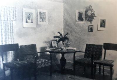 Bild ur nämnda bok till vänster. Visar förmodligen väntrummet hos Dagges foto.