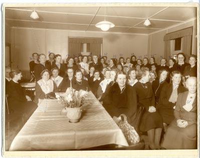 Foto av Dagges foto i Pastorsexpedition 1943, föreställande Kalix Husmodersförening. Här finns Kalix alla damer av rang presenterade. Se listan nedanför!