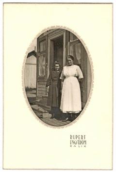 Två flickor vid Hamnkafeet i Karlsborg fotade av Rupert Engström.