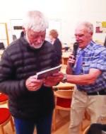 Ordf Anders P tackar Lars -Erik med en bok.