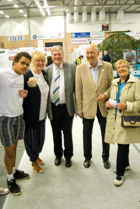 Med Norbottens landshövding Per Ola-Eriksson och före detta Kari Marklund. Dock syns bara en rosa sko men  Per fick boken Jakobs