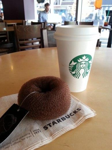 Latte och donut på Starbucks