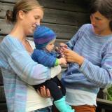 tre flickor i blått, kofta och tröja i himmelsblått 906, babyset i havsblått 905