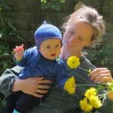 två flickor med gula blommor, babyset i havsblått 905, tröja i grön färgställning, utgången