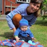 två flickor och en virkad filt, babyset i havsblå 905, tröja i himmelsblå 906, mormorsrutor i 905,906 och 907