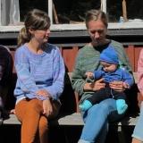 fem flickor i randiga tröjor, stortröja i plommonlila 923, skoltröja i himmelsblått 906, vuxentröja i grön utgången färgställning, babyset i havsblå 905, vuxentröja i rosenrosa 908