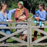fyra flickor och en katt, kofta i himmelsblått 906, kofta i barkbrunt 909, mössa i sommargult 982, babyset i havsblå 905, tröja i himmelsblå 906