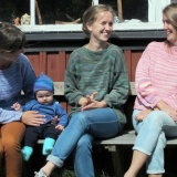 fyra flickor som skrattar, tröja i himmelsblå 906, babyset i havsblå 905, tröja i grön färgställning som utgått, tröja i rosenrosa 908