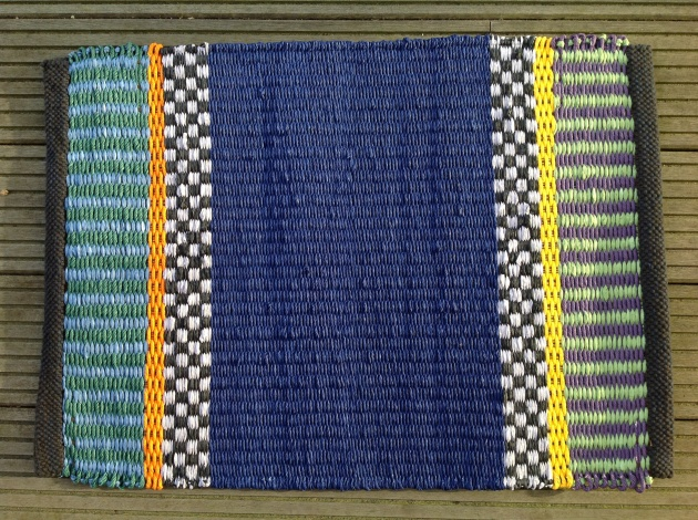 Pappersmatta blå med rutor och ränder ca 50x70 cm