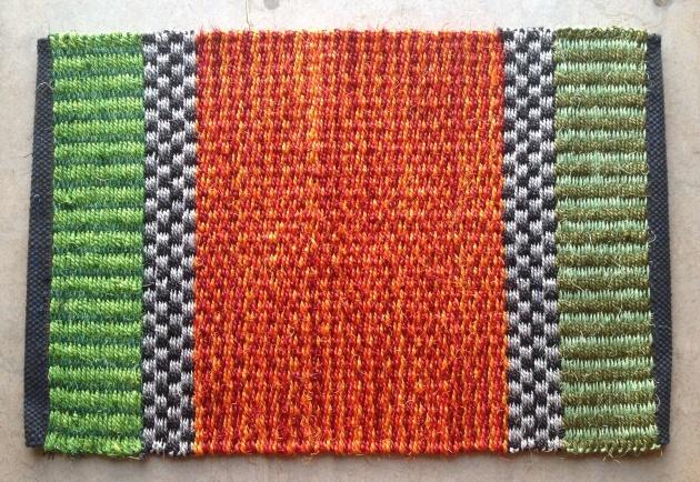 Grön och orange sisalmatta, ca 50x75 cm