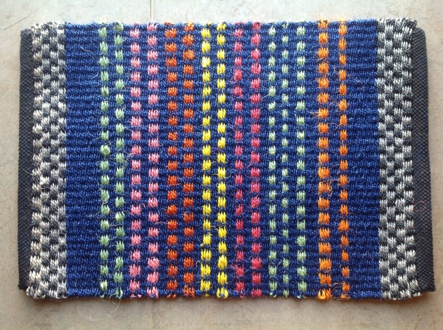Blå prickig sisalmatta, ca 50x75 cm