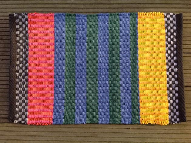 Pappersmatta med breda blå och gröna ränder ca 50x70 cm