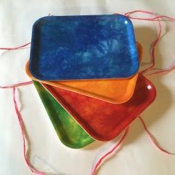Blå, orange, röd och ljusgrön bricka