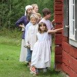 Barnen väntar på att få göra entré. Foto: Mats Anderling