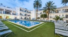Hotellet omringar poolområdet