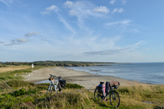 Du påminns ständigt om att Kattegattleden är en kustnära cykelled.