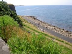 Turen följer strandpromenaden förbi Varbergs fästning.