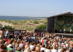 Sommartid är det populärt med After Beach med levande musik utmed kusten. Här Tylösand, utanför Halmstad.