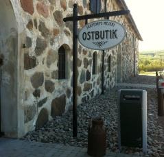 Trevliga besöksmål finns utmed turen. Här mejeri på Skottorps Slotts område, dag 1.