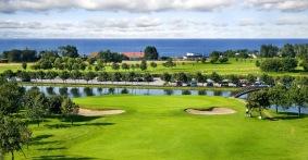Dag 1 bor du på ett golfotell strax norr om Halmstad med utsikt över havet och golfbanan.