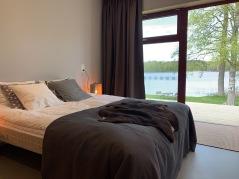 Första nattens boende bjuder på sköna sängar och vacker utsikt, men också många aktiviteter och flera besöksmål i närheten, om du har ork kvar efter cykelturen, dag 1
