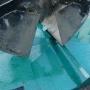Sandskopa lyfter plåtlock (1)