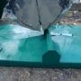 Sandskopa lyfter plåtlock (2)