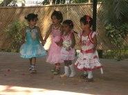 Fattiga Indiska barn bjuds en rolig dag mitt i vardagskaoset.