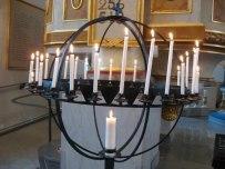 Ljus tända både för levande och döda.  Inget mörker finns i Gud.