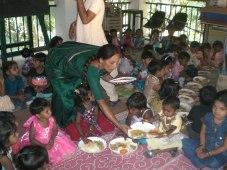 Matudelnings till fattiga indiska barn.