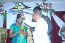 Kvinna i Indien välsignas inför förlossningen