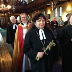 Prästvigda kvinnor i procession vid inledande mässan