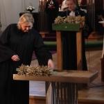 Buketterna av ax symboliserade de kvinnor som vigdes till präster i Lettland mellan 1975 och 1992, och som avlidit.