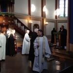 Alla närvarande präster lämnade en bukett för avlidna kollegor.