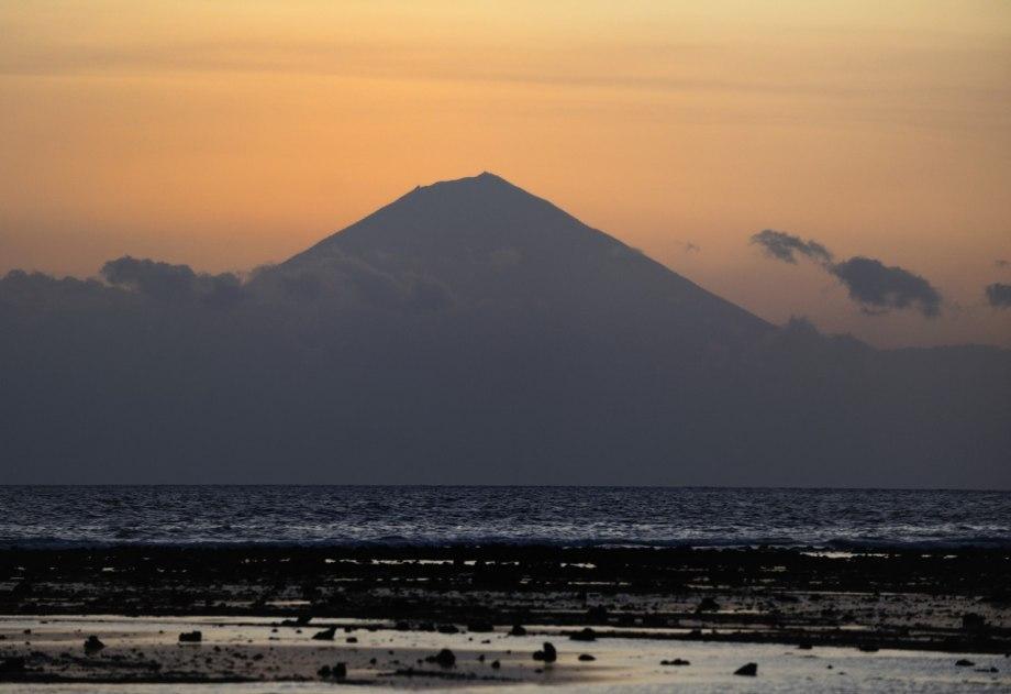 Man kan se Balis vulkaner i skymningen
