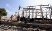 Glada byggnadsarbetare