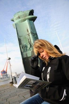 Carina läser vid Delaware monumentet