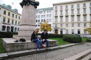 Carina läser om Jonas Alströmer