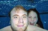 Richard och Cazandra i poolen