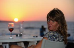 Carina tar ett glas på Kreta sommaren 2013