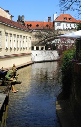 en liten kanal någonstans i Prag